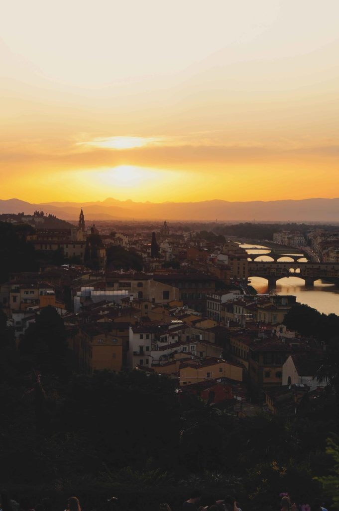 Panoramica di Firenze al tramonto con ponti